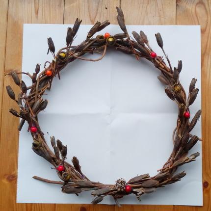 控えめな飾りつけの手作りクリスマスリース