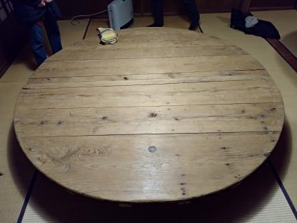 宴席の卓は、日本酒を仕込むときに使われる桶のふた
