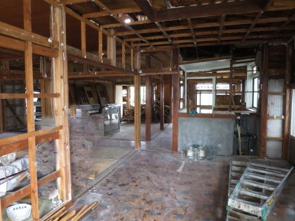 家の中の分別解体が進み、骨組みが露出