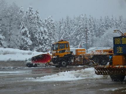 大きな自動車の前に除雪プレートがついて
