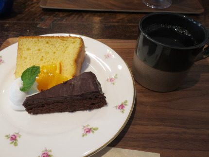 シフォンケーキとチョコレートケーキにコーヒー