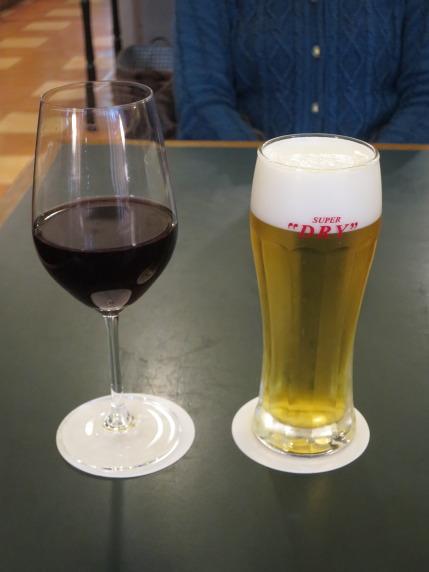 私は赤ワイン、妻は生ビール