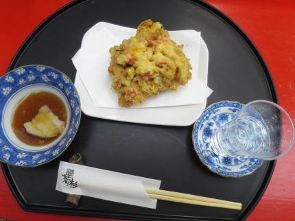 ピンチョイスは、かき揚げ天ぷら、飲み物は日本酒
