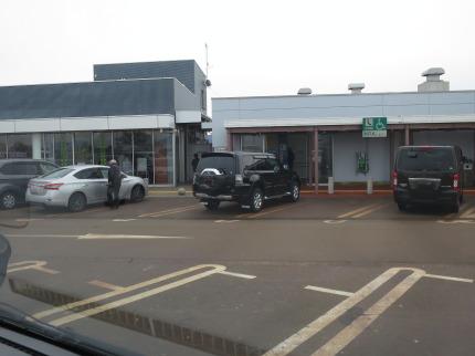 建物近くに駐車する車