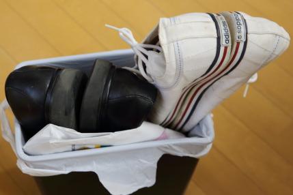 古くなった靴はすてます
