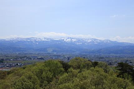 雪が残る山々