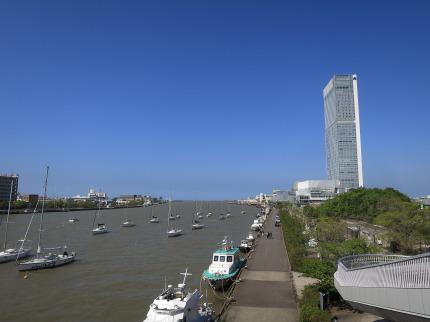 信濃川沿いにある朱鷺メッセ新潟