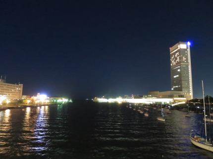 夜の信濃川沿い