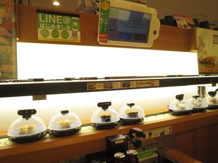 下のレーンで握られたお寿司が回っています