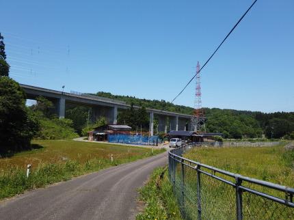 下正善寺に向かう道と高速道路が交わる所