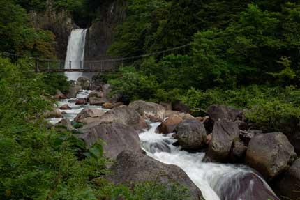 沿道沿いから見た苗名滝