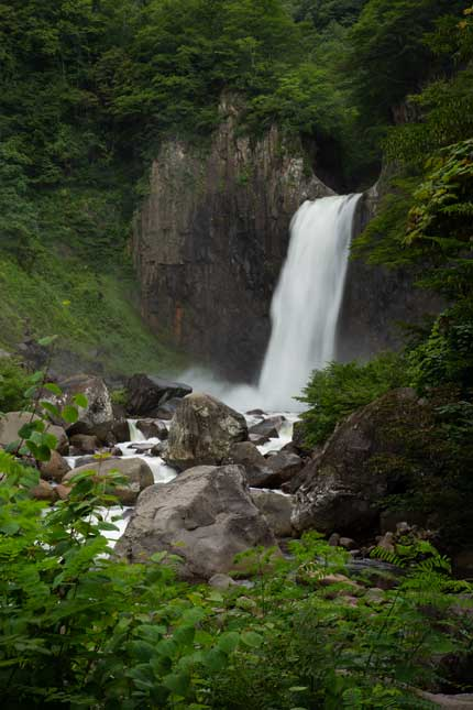 関川の北側からの苗名滝