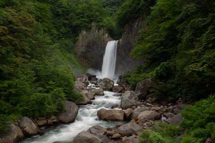 北側から離れた苗名滝