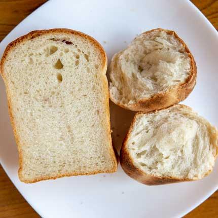 山食パンと丸パンの断面
