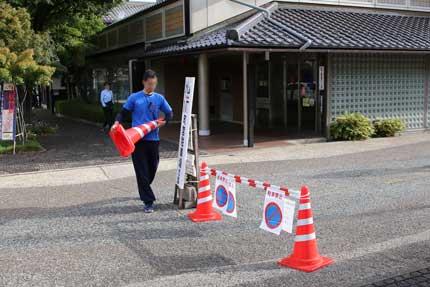 小布施堂の係員が駐車場を開放