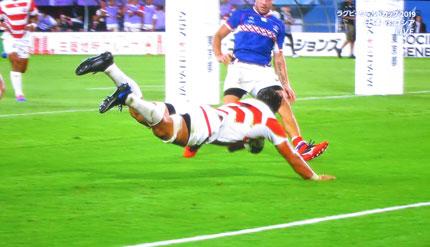 日本がトライを挙げる