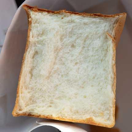 中がシットリして少し甘く食べ応えのあるパン