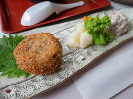 里芋レンコン黒豆のもっちりコロッケ、茹で野菜ヴィーガンタルタル