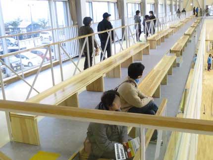 観客席は、木の椅子2列の場所が2カ所