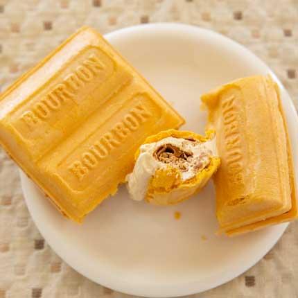 お菓子ルマンドが中にまるごと入った最中アイス