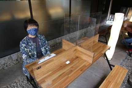 飛沫感染対策がされたテーブル