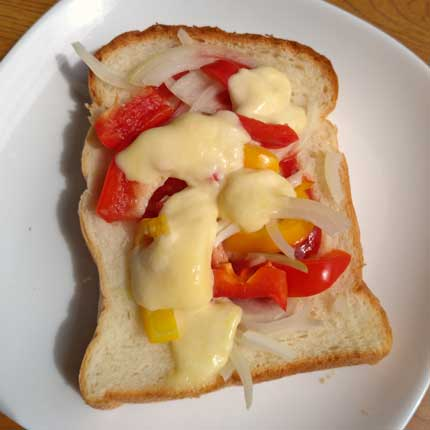 モッツァレラチーズをトーストにのせて
