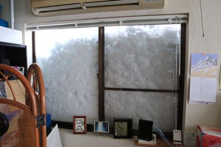 窓まで雪が迫ってきました