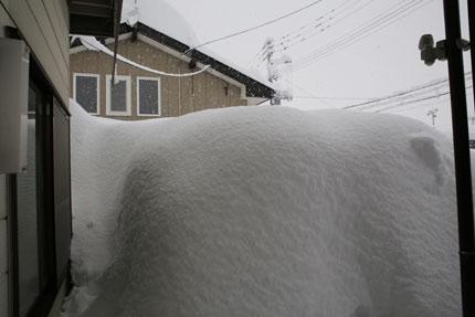 家も事務所も雪の覆われてしまいました