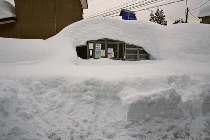 家の前の道は、まだ除雪車が来ず