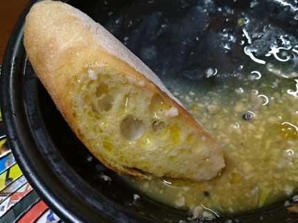 残りのオリーブオイルをバゲットにつけて食べる