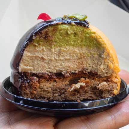 ピスタチオムースが、チョコレートソースに覆われ
