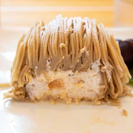 栗あんの中にセミフレッドアイス、ナッツ、二種類のクリーム、栗鹿ノ子が組み合わさってあります