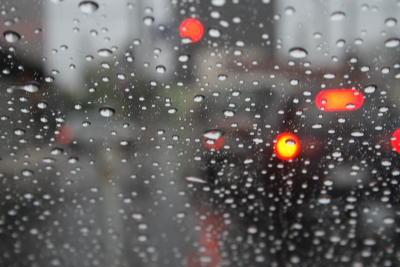 交差点での雨