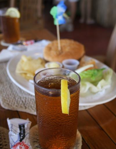 昼食は、アイスティーとハンバーガー