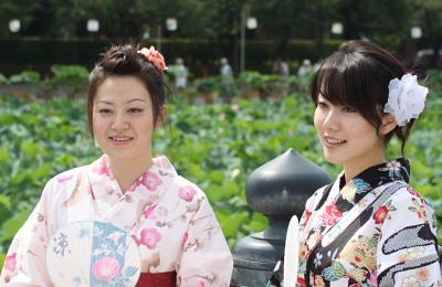 ハスの花と美女2人