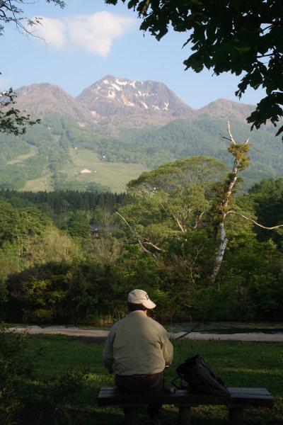 妙高山の絵を描く人