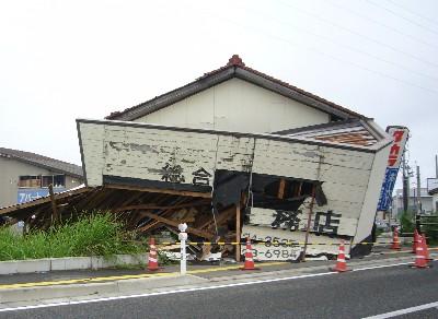 国道8号線沿いの全壊の家