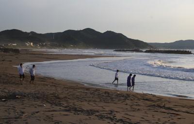 海岸で中学生が遊ぶ