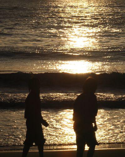 夕日に輝く中学生