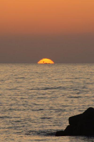 漁船と夕日