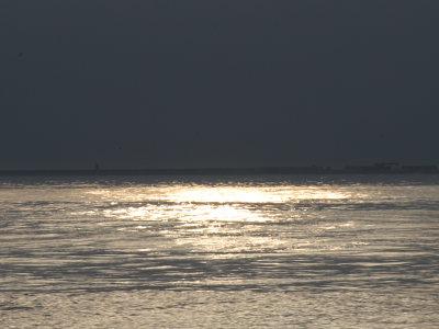 夕日に照らされた上越市大潟区の日本海