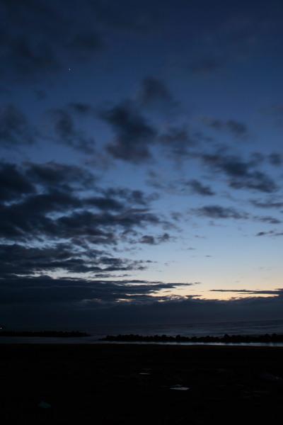 夕暮れの郷津海岸と星